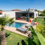 extérieur avec pergola et piscine d'une maison à ossature bois